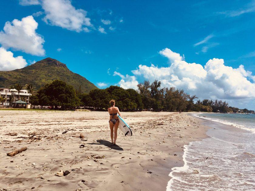Surfen am Tamarin Beach