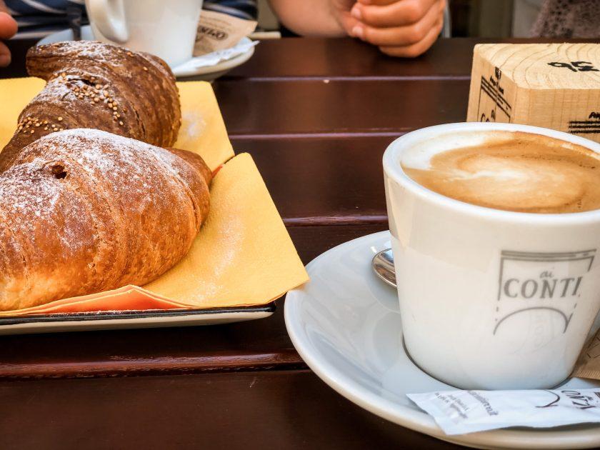 Cappuccino und Cornetto im Conti D'Arco