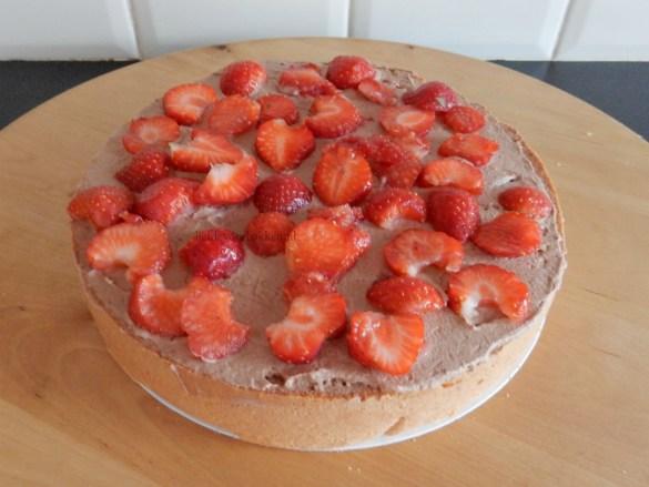 Dripcake met verse aardbeien en marshmallows