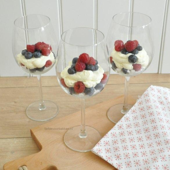 Merengue trifle met frambozen en blauwe bessen