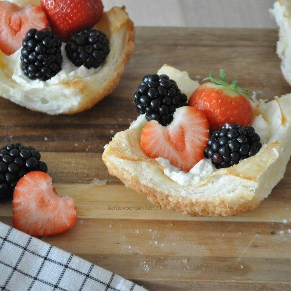 Bladerdeegcups met fruit