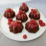 Chocolade cakejes met Kitkat en frambozensaus