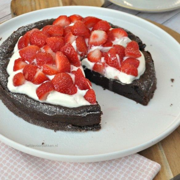Chocoladetaartje met aardbeien en room