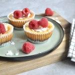 Kleine cheesecakes met witte chocolade en frambozen