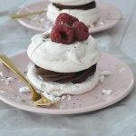 Schuimgebakje met chocolade crème en frambozen