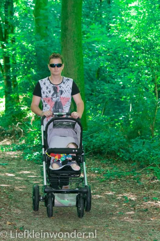 Jayden 6 maanden en 3 weken oud baby wandelen bos