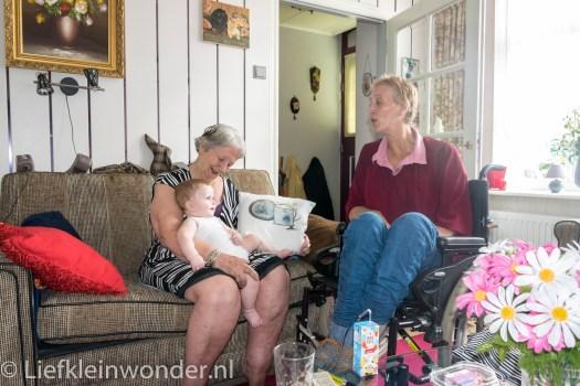Jayden 6 maanden en 4 weken oud op visite bij oma