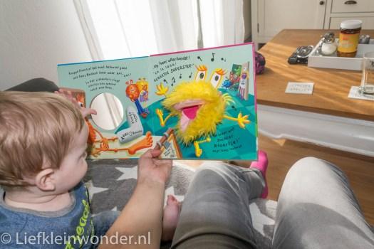 Jayden 8 maanden en 1 week oud, voorlees boekje met handpop