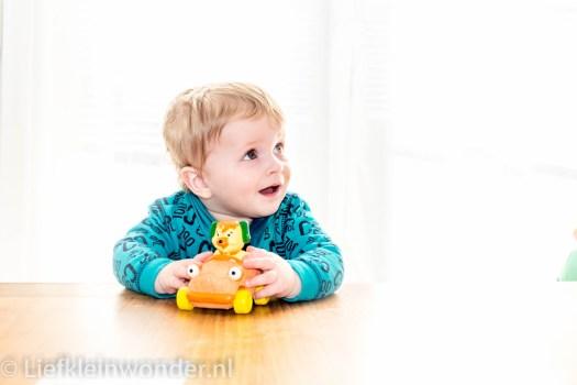 Jayden 10 maanden en 2 weken oud, spelen met autootjes