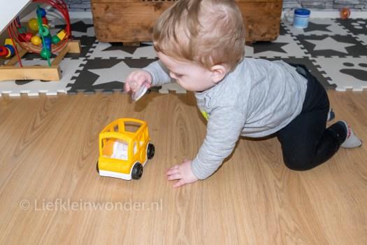 Jayden 11 maanden oud, speelgoed stapelen en ergens in en onder stoppen