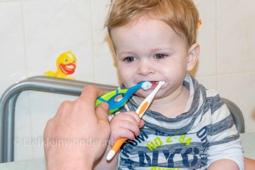 Jayden 1 jaar oud, tanden poetsen baby