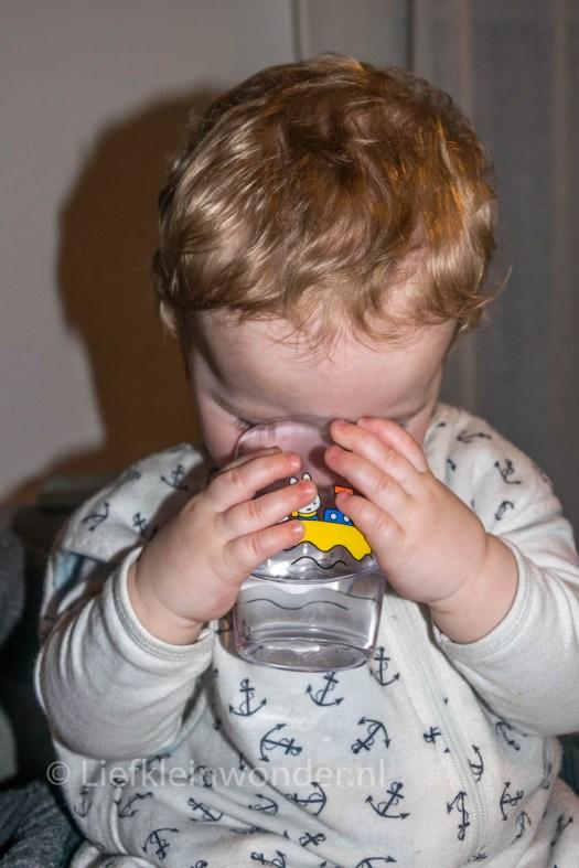 12 maanden en 3 weken oud 1 jaar , drinken uit een beker
