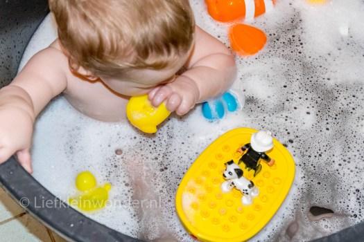 12 maanden en 3 weken oud 1 jaar , in bad badeendjes