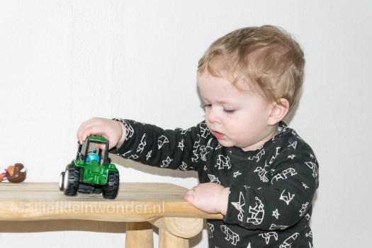12 maanden en 3 weken oud , auto's rijden spelen