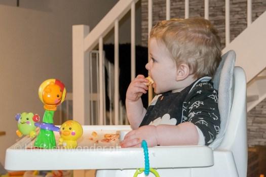 Jayden 14 maanden oud - baby dreumes pizza hawaii