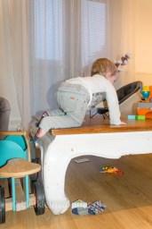 14 maanden en 2 weken oud - klimmen op de tafel overal op klimnen via andere spullen