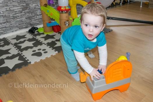 14 maanden en 2 weken oud - speelgoed tillen