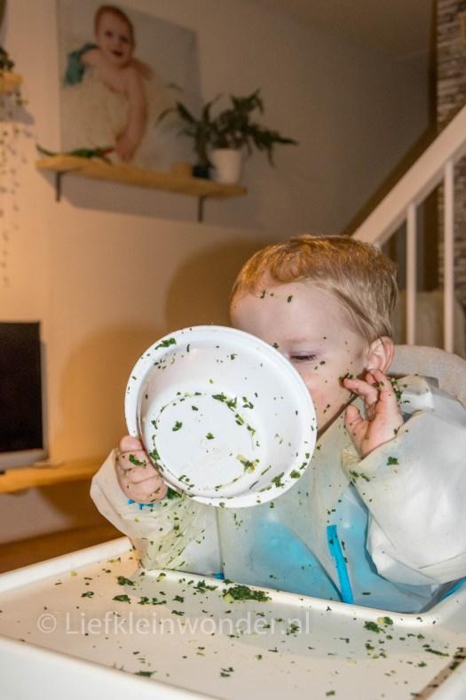 14 maanden en 2 weken oud - Spinazie eten en kliederen