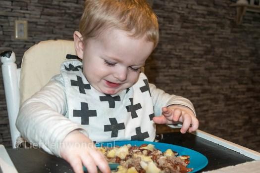 14 maanden en 2 weken oud - bruine bonen eten