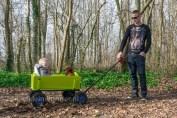 Wandelen in het bos met Jayden papa en de teckel - in de bolderkar
