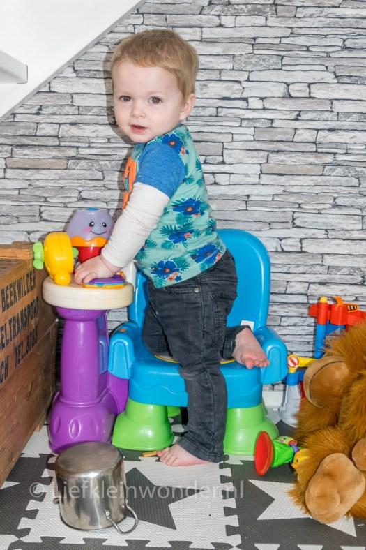 14 maanden en 4 weken oud dreumes - fisher price stoel met lamp en boekje