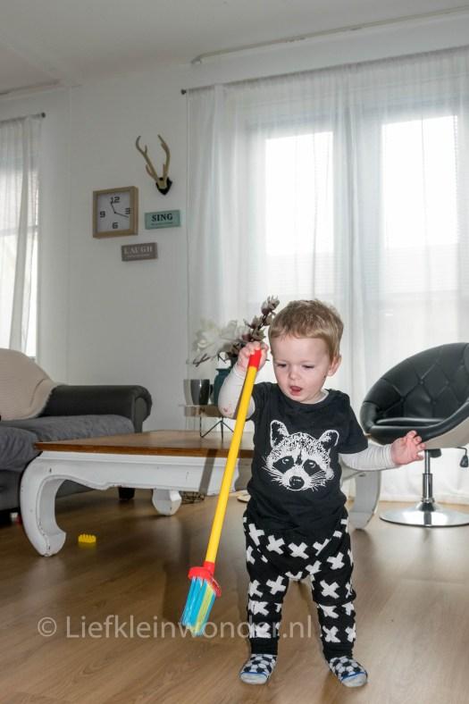 Jayden 15 maanden en 2 weken oud - Helpen schoonmaken, vegen, afstoffen