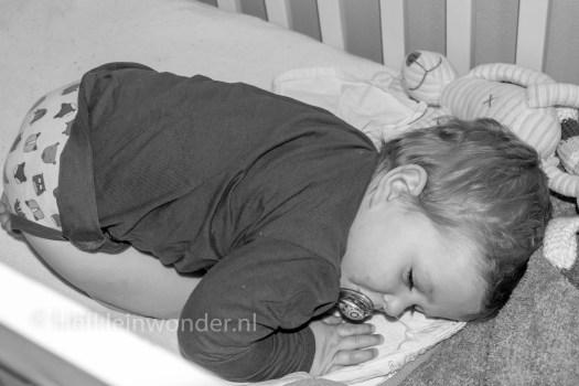 Jayden 15 maanden en 3 weken oud: dreumes slapen in de foetushouding