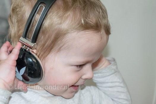 Jayden 16 maanden oud dreumes - zelf koptelefoon op doen
