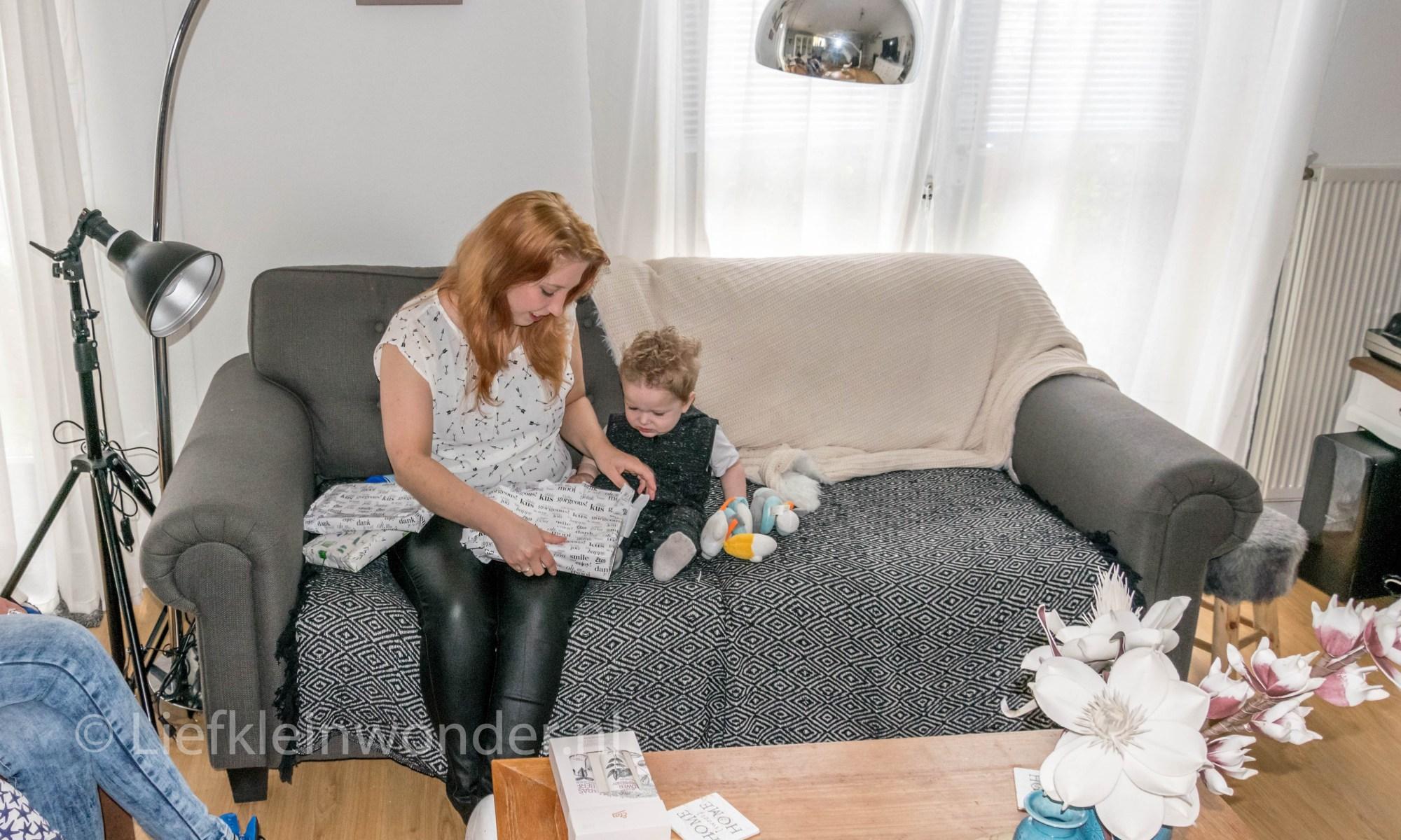 Jayden 16 maanden en 1 week oud dreumes peuter - Cadeautjes uitpakken met mama