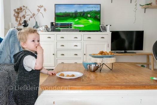 Jayden 16 maanden en 1 week oud dreumes peuter -  Snacks eten