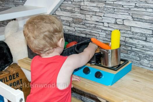 Jayden 17 maanden en 1 week oud dreumes peuter - Zittend spelen aan zijn bureau, koken en bakken