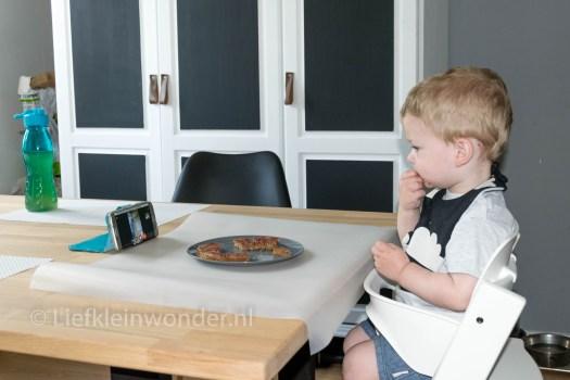 Jayden 17 maanden en 1 week oud dreumes peuter - Oma bellen videogesprek tijdens het eten