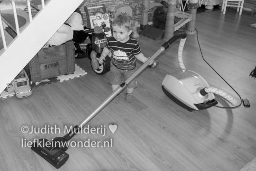 Jayden 17 maanden en 3 weken oud peuter dreumes - Op de stofzuiger zitten, niet meer bang voor de stofzuiger