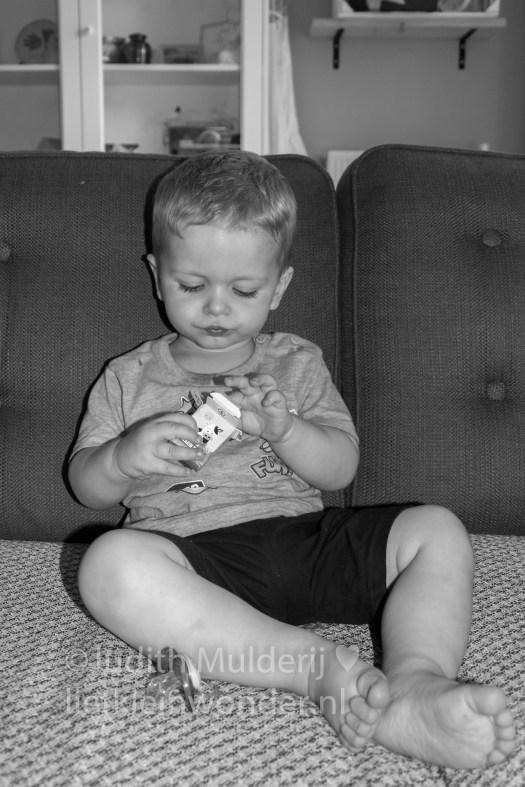 Jayden 18 maanden en 3 weken oud peuter dreumes - rozijntjes eten