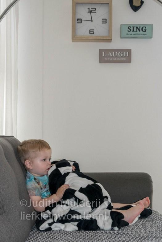 Jayden 19 maanden oud dreumes peuter - Zitten op de bank en tv kijken met een dekentje