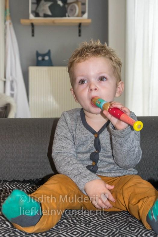 Jayden 19 maanden en 3 weken oud peuter dreumes - mee fluiten met bumba houten blokfluit