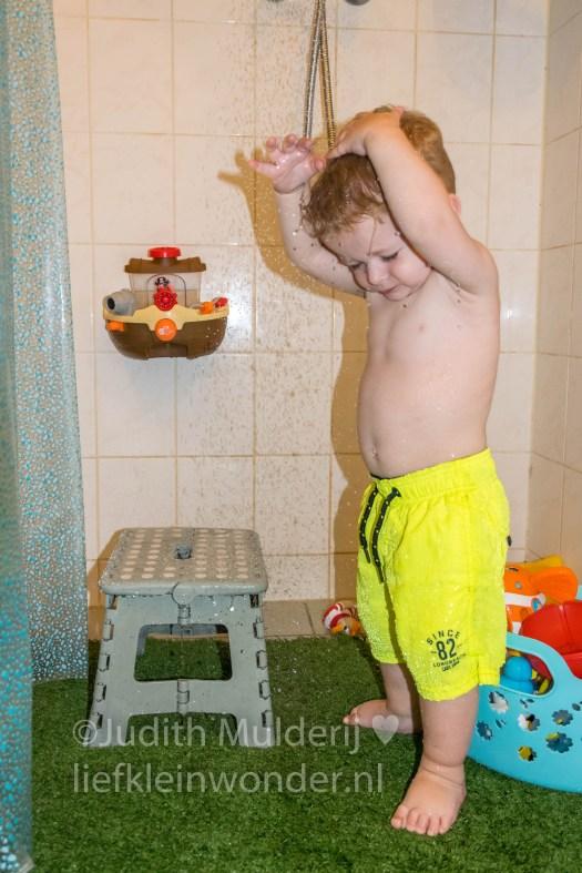 Jayden 19 maanden en 3 weken oud peuter dreumes - grasmat anti slip onder de douche tegen uitglijden