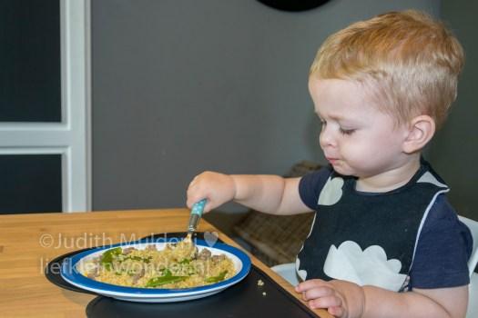 19 maanden en 1 week oud peuter dreumes - Bulgur met peultjes en biefstuk