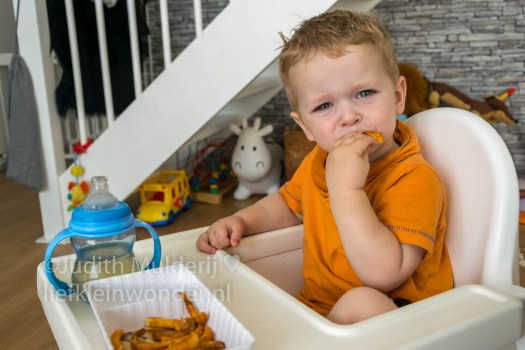 19 maanden en 1 week oud peuter dreumes - Twister patat uit de airfryer