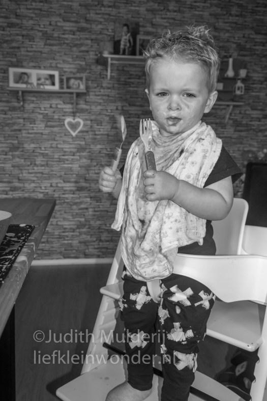 Jayden 20 maanden en 1 week oud peuter dreumes - Bakje vla eten toetje