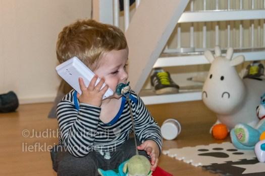 Jayden 21 maanden oud peuter dreumes mamablog - speelgoed telefoon bellen