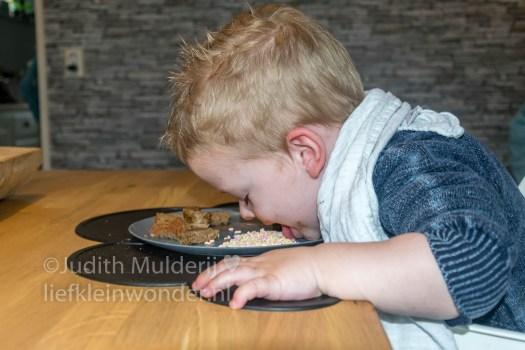 Jayden 21 maanden en 3 weken oud peuter dreumes mamablog - eten prieken