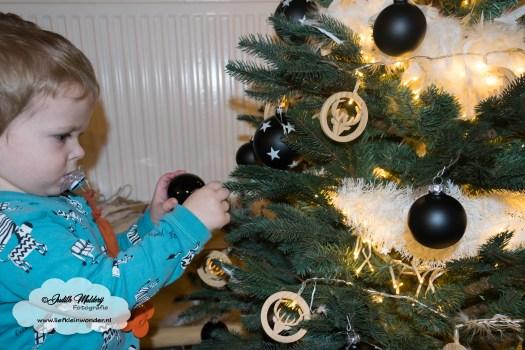 jayden 23 maanden en 3 weken oud mama blog - Samen kerstboom versieren houten en zwarte decoratie met veren en witte slingers