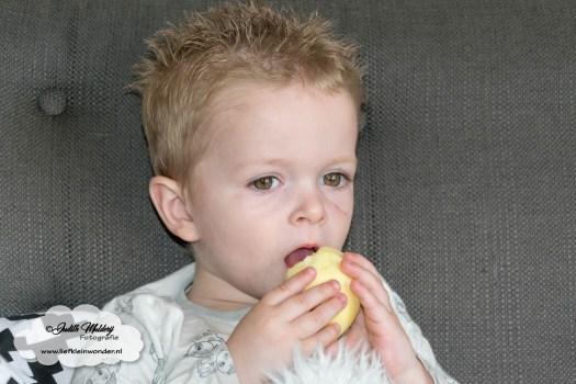 2 jaar en 4 maanden oud Mama blog zwangerschap moederschap peuter baby - appel eten zonder schil