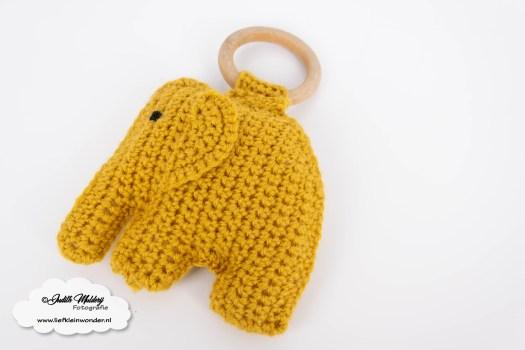 Haakpatroon wagenspanner olifant wolkjes en bijtring met houten ring haken mamablog DIY houten kralen