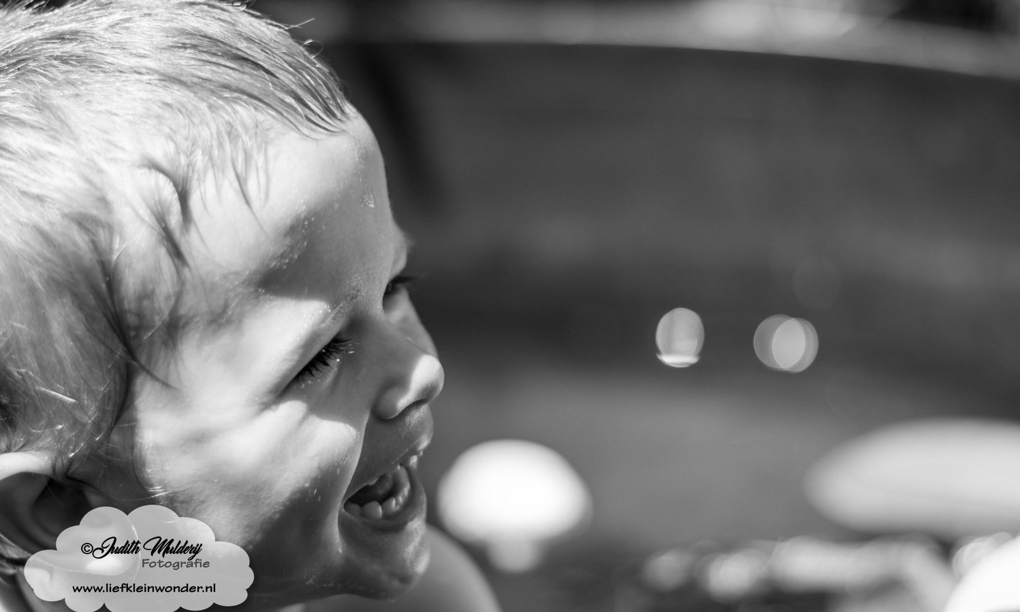 Jayden 2 jaar en 6 maanden oud mama blog zwangerschap ontwikkeling peuter dreumes www.liefkleinwonder.nl - badderen in de tuin zwembad spaceykuip