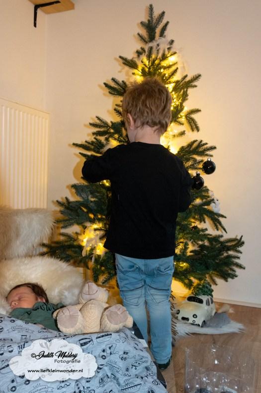 Finley 1 maand oud borstvoeding mama blog baby newborn pasgeboren afgevallen aangekomen 3820 gram fotoshoot foto's brandrep www.liefkleinwonder.nl eerste kerst kerstboom neerzetten