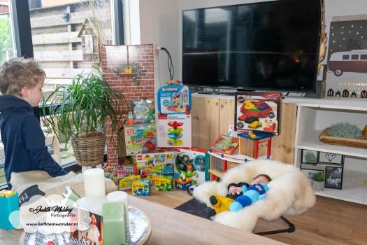 Finley 1 maand oud borstvoeding mama blog baby newborn pasgeboren afgevallen aangekomen 3820 gram fotoshoot foto's brandrep www.liefkleinwonder.nl Eerste Sinterklaas cadeaus video van sint