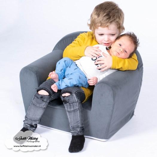 Finley 6 weken oud baby newborn borstvoeding mama pasgeboren mama blog foto shoot www.liefkleiwonder.nl Jayden bijna 3 jaar oud verjaardag grote broer hippe beebjes