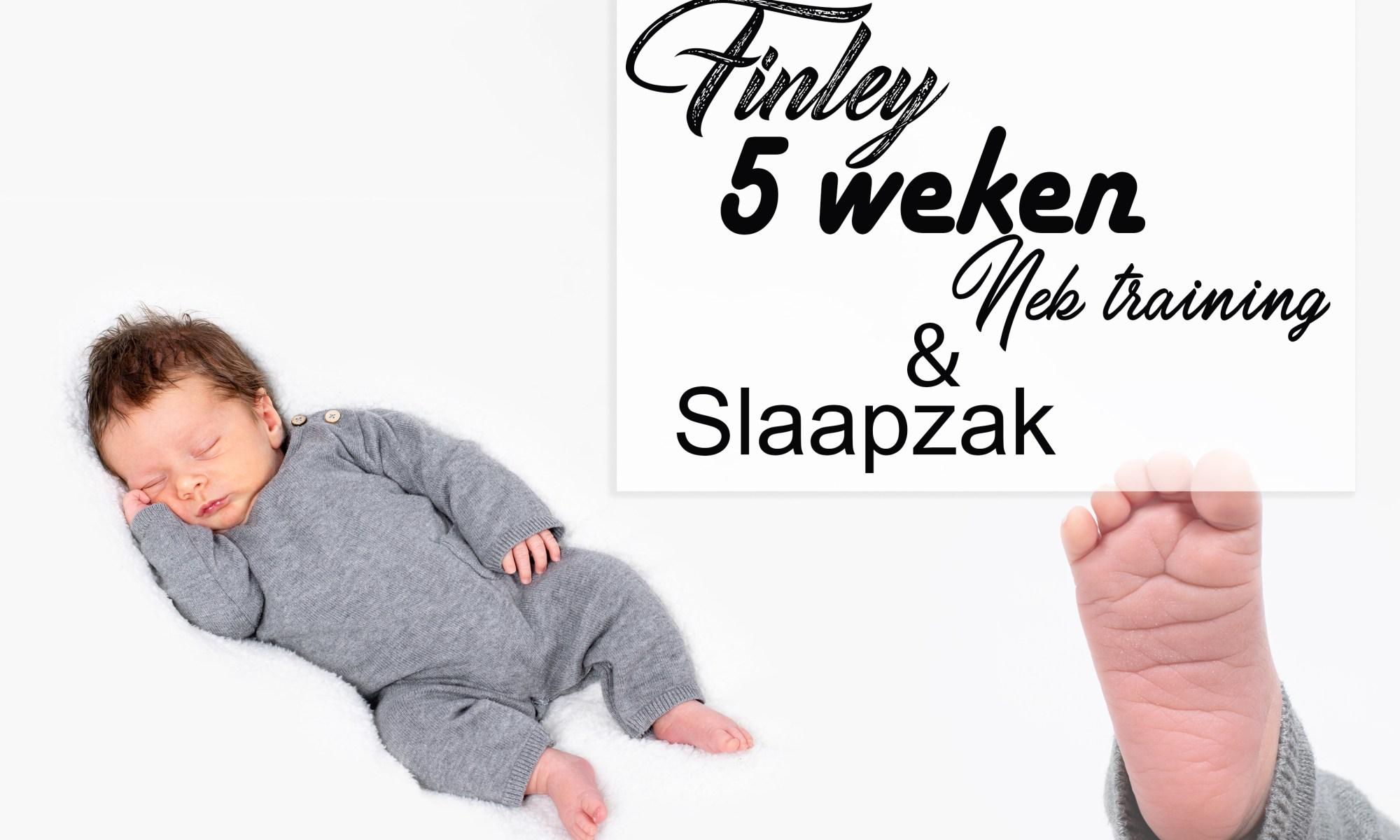 Finley 5 weken oud baby newborn borstvoeding mama pasgeboren mama blog foto shoot www.liefkleiwonder.nl baby shoot ontwikkeling slaapzak